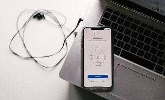 Laptop mit Handy und Kopfhörern